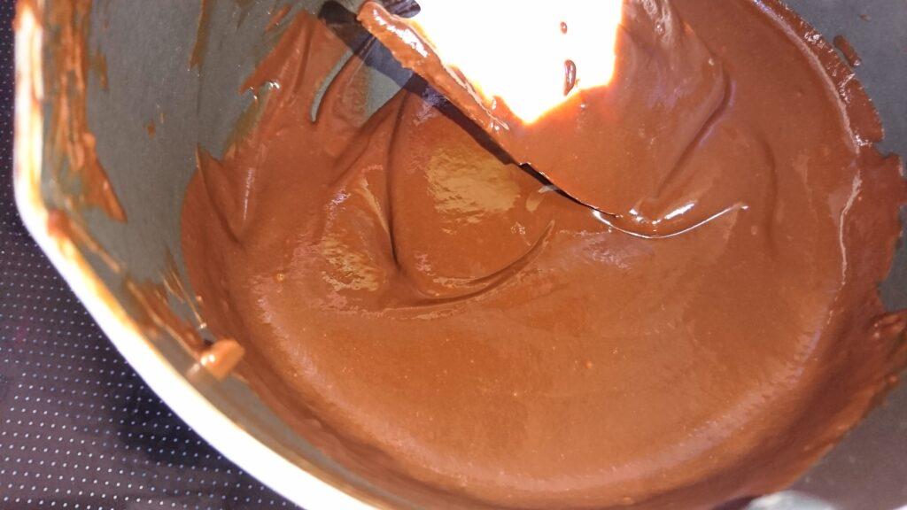 生チョコをなめらかに作るコツ だんだん滑らかに混ざっていくところ
