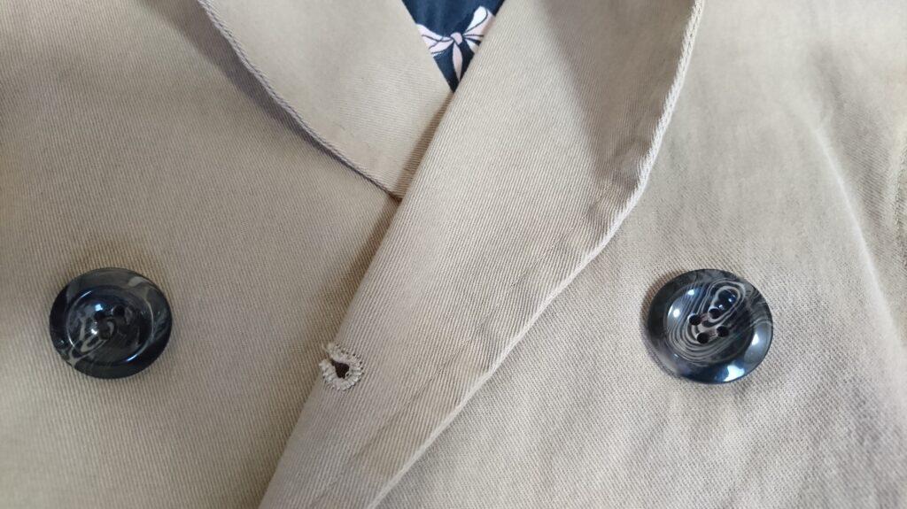 ショートトレンチのボタンの色