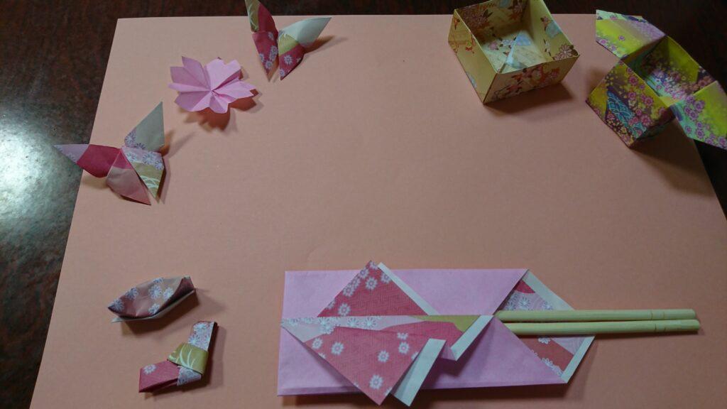ひな祭りで折り紙と画用紙を使ったテーブルコーディネート・ピンク