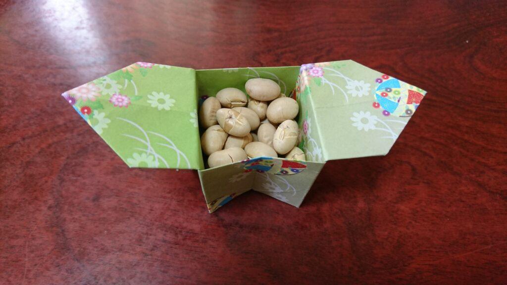 節分の折り紙で豆入れの箱(三方・さんぼうを使って) 豆を入れたところ
