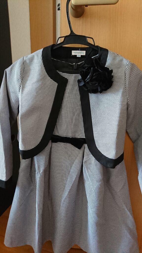 卒園式の女の子の服装でワンピーススーツのときのコーデ:コサージュを付けたとき