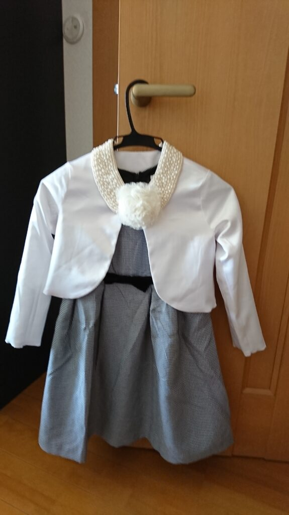 入学式で女の子のワンピースのコーデ ボレロとコサージュ、付け襟を組み合わせた例