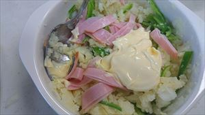 ポテトサラダの日持ちするレシピ ピーマンとハム、マヨネーズを混ぜる