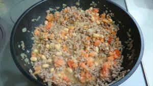 タコライスレシピ 挽肉と大豆、トマト投入