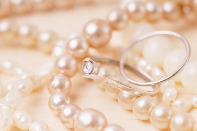 平服の結婚式で女性なら服装どうする?披露宴や結婚披露パーティーのときは?