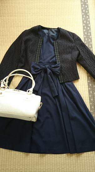 ネイビースーツに合う靴やバッグの色3 白・アイボリー