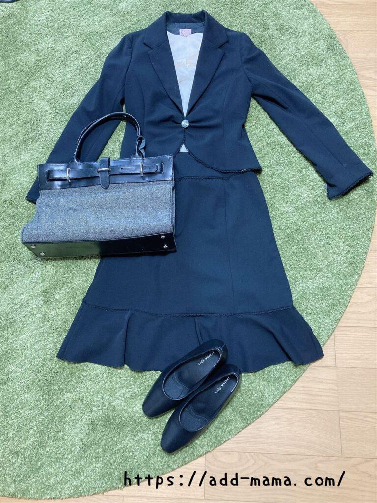 黒スーツに合うバッグや靴の色5 グレーやシルバー