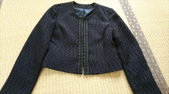ルイルエブティックのワンピース&ジャケットアンサンブルスーツセット ジャケットのホックをとめたところ