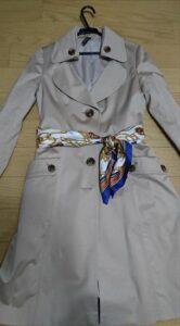 トレンチコートのベルトの代わりおすすめ 青系スカーフの例