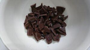 チョコマフィンでしっとり濃厚レシピ チョコを割ったところ