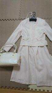 ピンクベージュに合う靴とバッグの色1 白