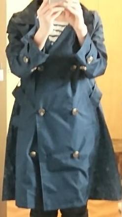 ビーミングbyビームスのトレンチレインコート紺色の全体写真